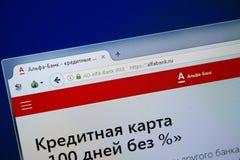 Ryazan Ryssland - Augusti 26, 2018: Homepage av alfabetiskbankwebsiten på skärmen av PC:N Url - AlfaBank ru royaltyfria bilder