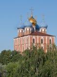 Ryazan Ryssland Domkyrkan av den Dormition Uspensky domkyrkan i Kreml i grönskan på den blåa himlen för bakgrund Royaltyfri Fotografi