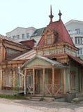 Ryazan Ryssland Ett gammalt förfallet trähus som dekoreras med utarbetade sned detaljer Royaltyfria Bilder
