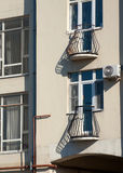 Ryazan Ryssland gammalt hus i centret Små balkonger med galler fäktar i solen göt långa skuggorna Royaltyfri Foto