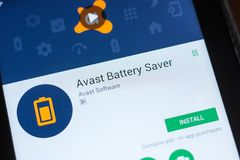 Ryazan Ryssland - Juli 03, 2018: Avast batterispararemobil app på skärmen av minnestavlaPC:N fotografering för bildbyråer