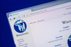 Ryazan Ryssland - Juli 24, 2018: Homepage av den WikiSource websiten på skärmen av PC:N Url - WikiSource org fotografering för bildbyråer