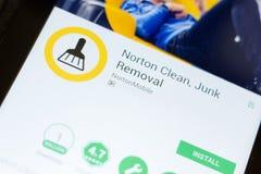 Ryazan Ryssland - Juni 24, 2018: Norton Clean skräpborttagningsmobil app på skärmen av minnestavlaPC:N fotografering för bildbyråer