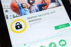Ryazan Ryssland - Juni 24, 2018: Norton Security och Antivirusmobil app på skärmen av minnestavlaPC:N arkivfoton