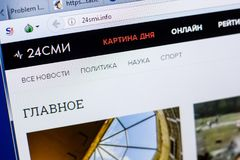 Ryazan Ryssland - Maj 08, 2018: website 24smi på skärmen av PC:N, url - 24smi info arkivbilder
