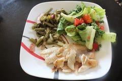 Ryba, fasolki szparagowe, sałatka Zdjęcie Royalty Free
