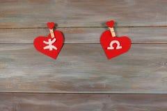 Ryba i waży znaki zodiak i serce Drewniany backgroun fotografia royalty free