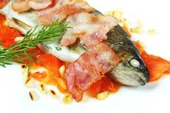 ryba piec na grillu dokrętki sosnowe Zdjęcia Royalty Free
