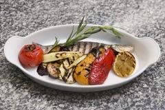 ryba piec na grillu warzywa obrazy stock