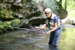 Rybacy łapie pstrąg w rzece Zdjęcia Stock