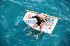 Rybacy angażują w połowie na improwizować spławowych tratwach w porcie Tuticorin, India zdjęcie royalty free