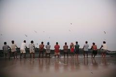 Rybacy ciągną sieć ah bizhyuteriya goa ind indyjski pobliski morze handluje kobiety Fotografia Stock