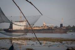Rybacy działają Chińską sieć rybacką Obrazy Stock