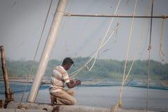 Rybacy działają Chińską sieć rybacką Zdjęcia Stock