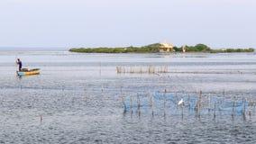 Rybacy i łódź z kościół na Kuruchadditivu wyspie w tle - Jaffna, Sri lanka - fotografia royalty free