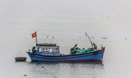 Rybacy na ich łodzi obraz stock