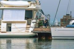 Rybacy na jachtu molu Obrazy Royalty Free
