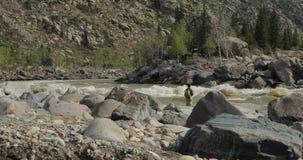 Rybacy na kamienia chwycie łowią w szorstkiej wodzie zdjęcie wideo