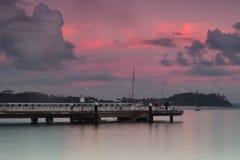 Rybacy na molu przy nelsonami trzymać na dystans na nowym południowej walii centrali wybrzeżu obraz royalty free