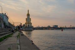 Rybacy na nabrzeżu i kościół, Ukraina, Kyiv editorial 08 03 2017 Obraz Royalty Free