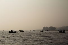 Rybacy na łodzi w mgle Zdjęcie Royalty Free