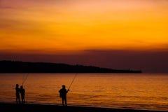 Rybacy na plaży na wyspie Bali przy zmierzchem obrazy royalty free