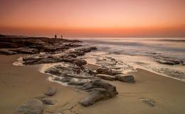 Rybacy na skalistej plaży Zdjęcie Royalty Free