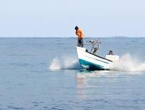 Rybacy patrolują na łódkowatym i patrzeć dla ryba Obraz Royalty Free