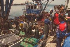 Rybacy przy łodzią Obraz Royalty Free