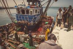 Rybacy przy łodzią Zdjęcia Royalty Free