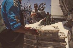 Rybacy przy łodzią Obrazy Royalty Free