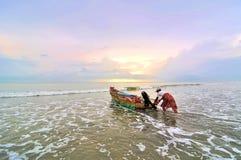 Rybacy przygotowywający iść morze przy rankiem. fotografia stock
