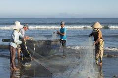 Rybacy rozmontowywają sieć przed iść out morze Da Nang, Wietnam Obrazy Royalty Free
