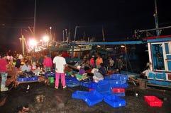 Rybacy są zbierający rybołówstwo i sortujący po długiego dnia połowu w Hon Ro porcie morskim, Nha Trang miasto Obrazy Stock