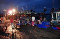 Rybacy są zbierający rybołówstwo i sortujący po długiego dnia połowu w Hon Ro porcie morskim, Nha Trang miasto Zdjęcia Stock