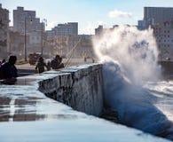 Rybacy stoją ich ziemię jak fala rozbijają nad Malecon wal Obrazy Royalty Free