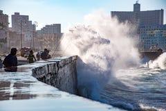Rybacy stoją ich ziemię jak fala rozbijają nad Malecon wal Zdjęcie Royalty Free