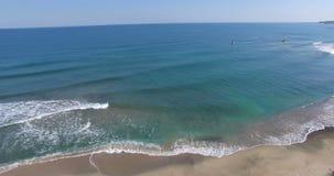 Rybacy wśród zimnych jesieni fala Czarny morze w Bułgaria zbiory wideo