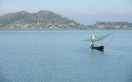Rybaczka z siecią przy loktak jeziorem obraz stock