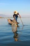 Rybaków chwytów ryba dla jedzenia fotografia royalty free