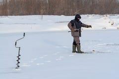 Rybaków chwyty łowią w zimie na lodzie zdjęcia stock