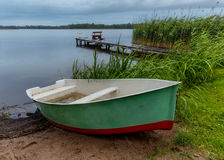 Rybak łódź na plaży podczas deszczu w wieczór na Masuri obrazy stock