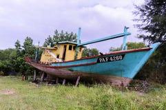 Rybak łódź naprawiał Obrazy Royalty Free