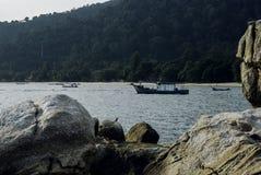 Rybak łódź zakotwiczająca blisko linii brzegowej Zdjęcie Stock