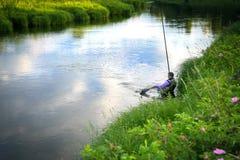 Rybak łapał ryba na rzece w wsi Zdjęcie Royalty Free