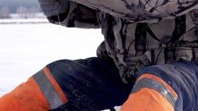 Rybak łapie ryby pod lodem połowu rybi lód właśnie kłama Russia Transbaikalia łapać w pułapkę zima zbiory