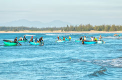 Rybak łodzi rybackiej na ląd transport ruchliwie obrazy royalty free