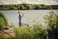 rybak łowi na połów wycieczce Rybaka połowu lany prącie w jeziorze lub wodzie rzecznej Obrazy Stock