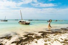 Rybak iść łódź, linia brzegowa z świrzepą, Zanzibar Obraz Royalty Free