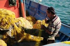 Rybak koryguje sieć rybacką Fotografia Stock